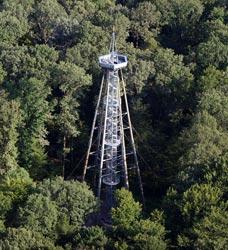 Der Eichbergturm aus der Luft gesehen