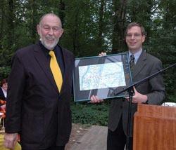 Übergabe der Karte vom geografichen Mittelpunkt